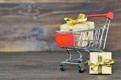 Boodschappenwagentje met de dozen van de Kerstmisgift Royalty-vrije Stock Afbeeldingen