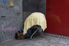 Boodschappenwagentje met dingen van de daklozen wordt gevuld die royalty-vrije stock afbeelding