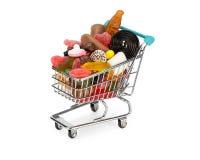 Boodschappenwagentje met geassorteerd suikergoed wordt gevuld dat stock foto