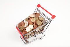 Boodschappenwagentje met muntstukken royalty-vrije stock afbeeldingen