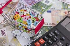 Boodschappenwagentje met vraagtekens en euro bankbiljetten met calcul Royalty-vrije Stock Afbeeldingen