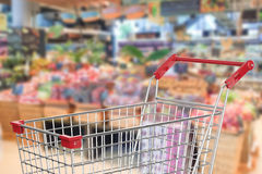Boodschappenwagentje in supermarkt Royalty-vrije Stock Foto's