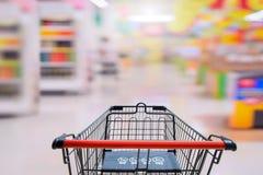 Boodschappenwagentje in supermarkt met baby safty teken bij het shoping van auto voor Marktachtergrond Royalty-vrije Stock Afbeelding