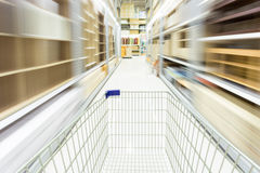 Boodschappenwagentje in supermarkt met onduidelijk beeldmotie Stock Afbeelding