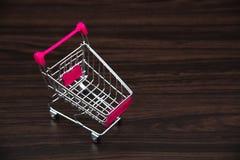 Boodschappenwagentje of supermarktkarretje in donkere ruimte, bedrijfsfina Royalty-vrije Stock Foto