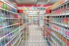 Boodschappenwagentje in supermarktsteeg Stock Foto's