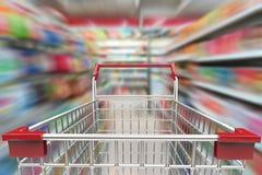 Boodschappenwagentje in supermarktsteeg Royalty-vrije Stock Afbeeldingen