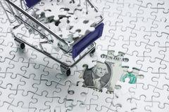 Boodschappenwagentjehoogtepunt van puzzel op de achtergrond van de gelddollar, Royalty-vrije Stock Afbeeldingen