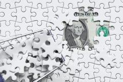 Boodschappenwagentjehoogtepunt van puzzel op de achtergrond van de gelddollar, Stock Afbeelding