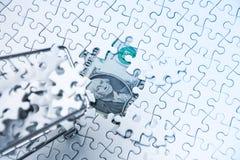 Boodschappenwagentjehoogtepunt van puzzel op de achtergrond van de gelddollar, Stock Afbeeldingen