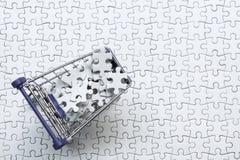 Boodschappenwagentjehoogtepunt van puzzel op witte puzzel backg Stock Afbeeldingen