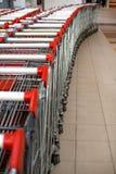 Boodschappenwagentjes bij een winkelcentrum Stock Fotografie