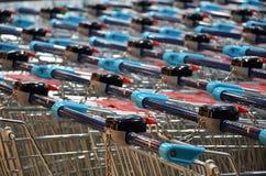 Boodschappenwagentjes om voedsel en andere goederen te kopen Royalty-vrije Stock Foto
