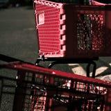 Boodschappenwagentjes in parkeerterrein worden misplaatst dat royalty-vrije stock foto's