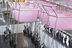 Boodschappenwagentjes roze kleur in een Kleinhandelswarenhuis royalty-vrije stock foto