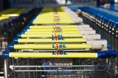 Boodschappenwagentjes van de Duitse supermarktketting, LIDL Stock Afbeeldingen