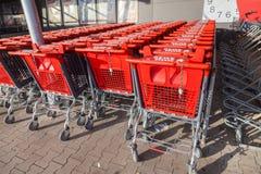 Boodschappenwagentjes van de Duitse supermarktketting, Rewe Stock Fotografie