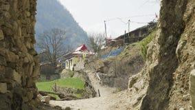 Boog aan Nepalees dorp Lho Trek van de Manaslukring stock videobeelden