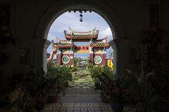 Boog bij de tempel die van Kek Lok Si tempel en horizon van Georgetown, Penang, Maleisië overzien stock foto's