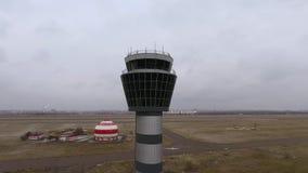 Boog die van de toren van de de luchtcontrole van het vluchtenbeheer bij internationale luchthaven wordt geschoten stock video