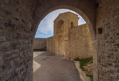 Boog en ingang aan oude middeleeuwse vesting Rocca Albornoziana royalty-vrije stock foto's