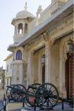 Boog met een ingang het Stadspaleis van Udaipur in India royalty-vrije stock afbeelding