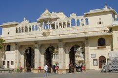 Boog met een ingang het Stadspaleis van Udaipur in India royalty-vrije stock foto's