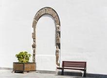 Boog op een witte gipspleistermuur Royalty-vrije Stock Afbeeldingen