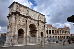 Boog van Constantine dichtbij Colosseum in Rome, Italië Stock Afbeeldingen
