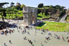 Boog van Constantine die van Colosseum wordt gezien. Rome Stock Fotografie