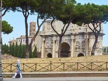 Boog van Constantine en Santa Francesca Romana-klokketoren rome Stock Afbeeldingen