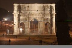Boog van Constantine Nacht (Rome - Italië - Europa) stock afbeelding