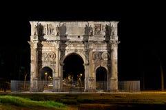 Boog van Constantine in 's nachts Rome Stock Fotografie
