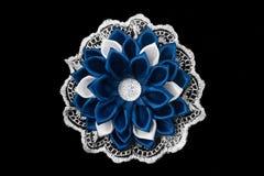 Boog van de witte en blauwe satijnlinten, het kant en de kristallen Geïsoleerd op een zwarte achtergrond Stock Foto