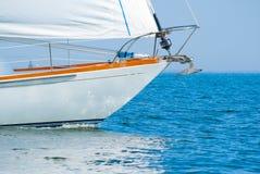 Boog van een mooie zeilboot in het water Stock Foto