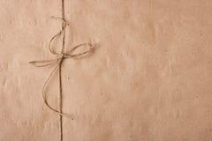 Boog van een streng op een verpakkingsdocument stock foto