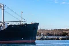 Boog van een tankerschip die door kanaal varen Stock Foto's
