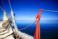 Boog van een varende boot in kalme blauwe overzees Stock Afbeelding