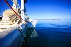 Boog van een varende boot in kalme blauwe overzees Royalty-vrije Stock Fotografie