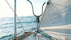 Boog van een varende schommeling van de jachtclose-up op de golven in de open zee stock videobeelden