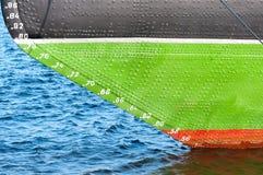 Boog van het schip aan de waterlijn Stock Foto