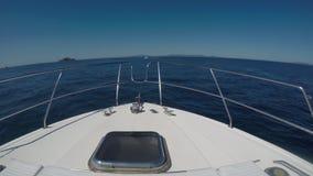 Boog van Motorboot tijdens Navigatie stock videobeelden