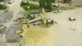 Boog van oude concrete fabriekstransportband, opslagtorens en nabijgelegen faciliteiten wordt geschoten die stock footage