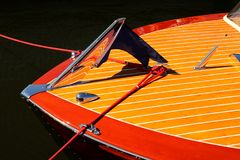 Boog van uitstekende houten boot met crome die op houten strepen wijzen - rood en geel royalty-vrije stock afbeeldingen