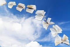 Boog van vliegende boeken met blauwe hemel Stock Afbeeldingen