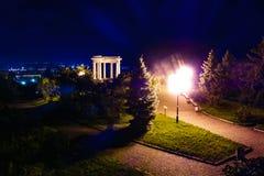 Boog van Vrienden het kleurrijke beeld in van Poltava, de Oekraïne bij nacht De tekst zegt royalty-vrije stock foto