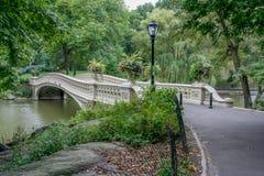 Boogbrug in Autumn Central Park royalty-vrije stock afbeeldingen
