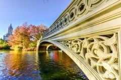 Boogbrug, Central Park in de Herfst Stock Fotografie