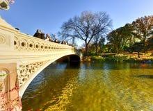 Boogbrug, Central Park in de Herfst Stock Foto's