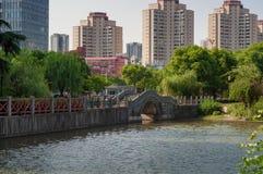 Boogbrug in Chinees park Stock Afbeelding
